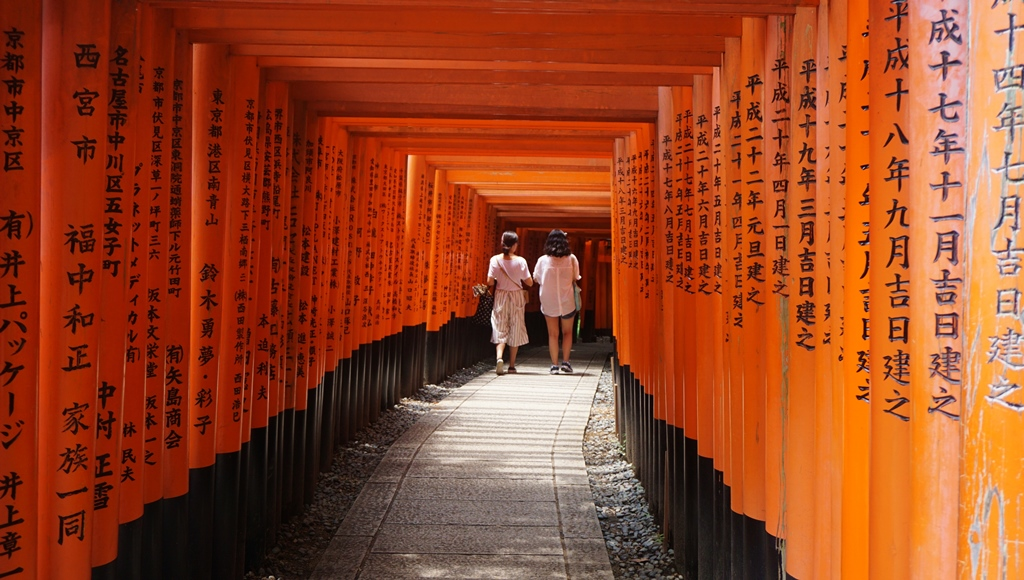Now we are in Kyoto! At Fushimi Inari Shrine, it is the god of fox and the main shrine for businesses. Owner of business? This is the one you want to pray for success!
