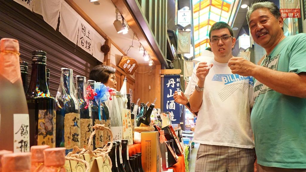 Try sake tasting in Nishiki Market!