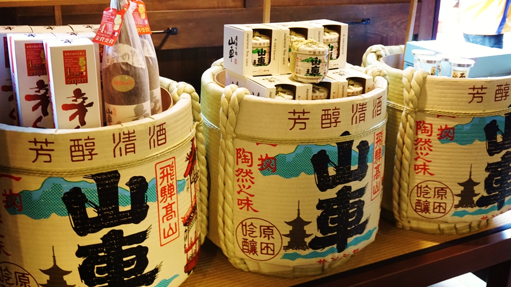 Enjoy sake tasting at each sake brewery in the old town!